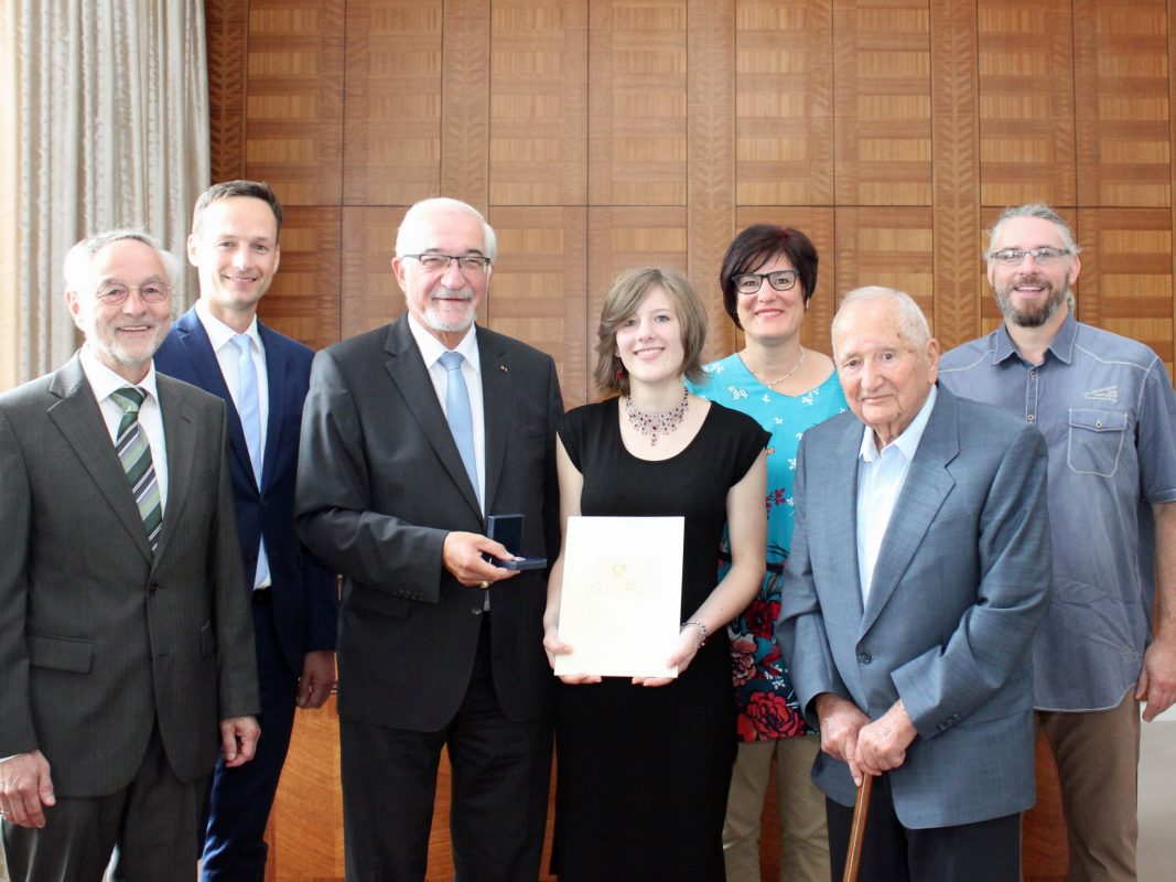 Dr. Horst Tennstedt (2. v. rechts) mit seiner Lebensretterin Svenja Rennert (Mitte) bei der Urkundenverleihung. Foto: Johannes Hardenacke/Regierung von Unterfranken