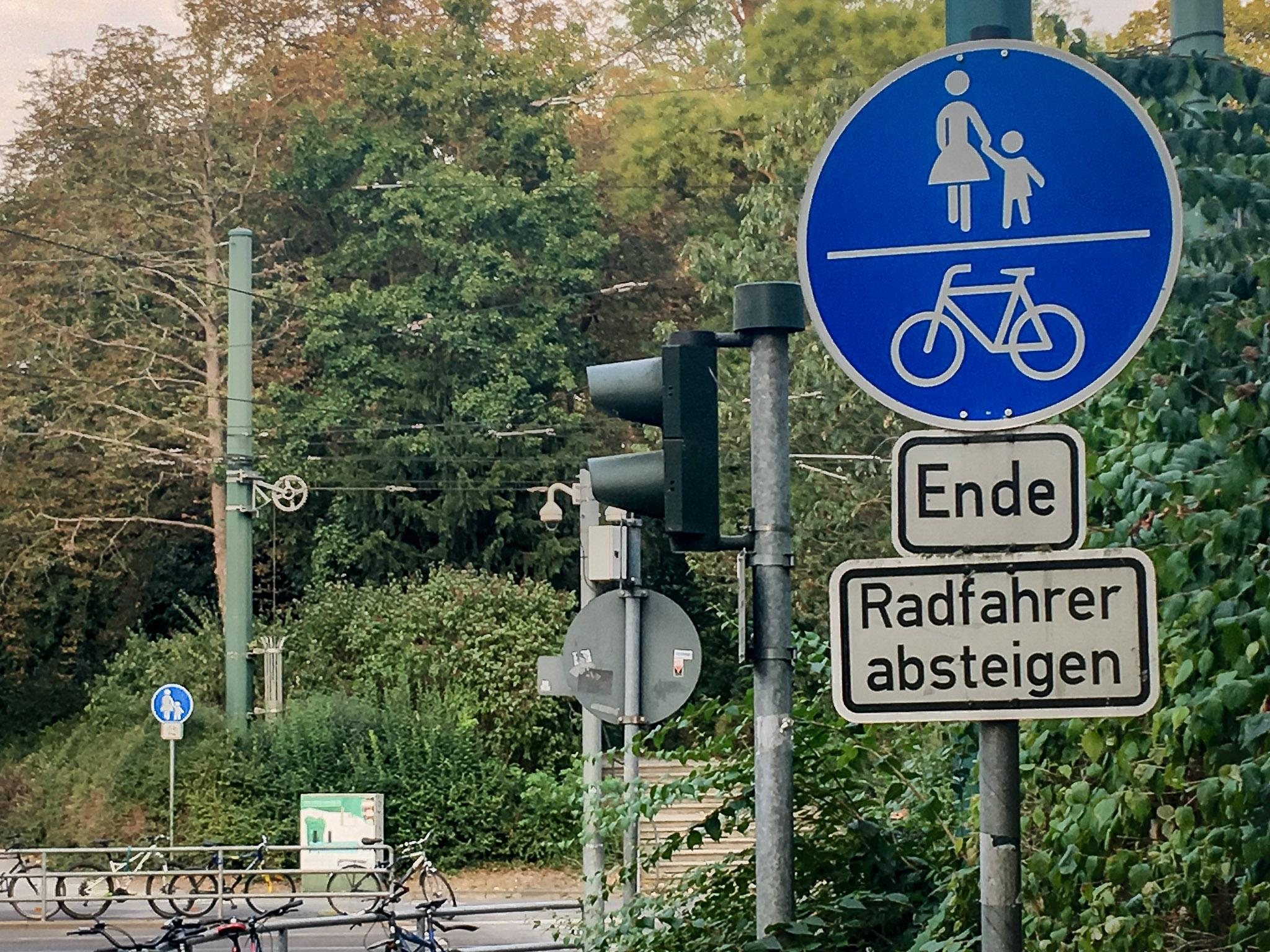 """Verkehrsschild """"Radfahrer absteigen"""". Foto: Pascal Höfig"""