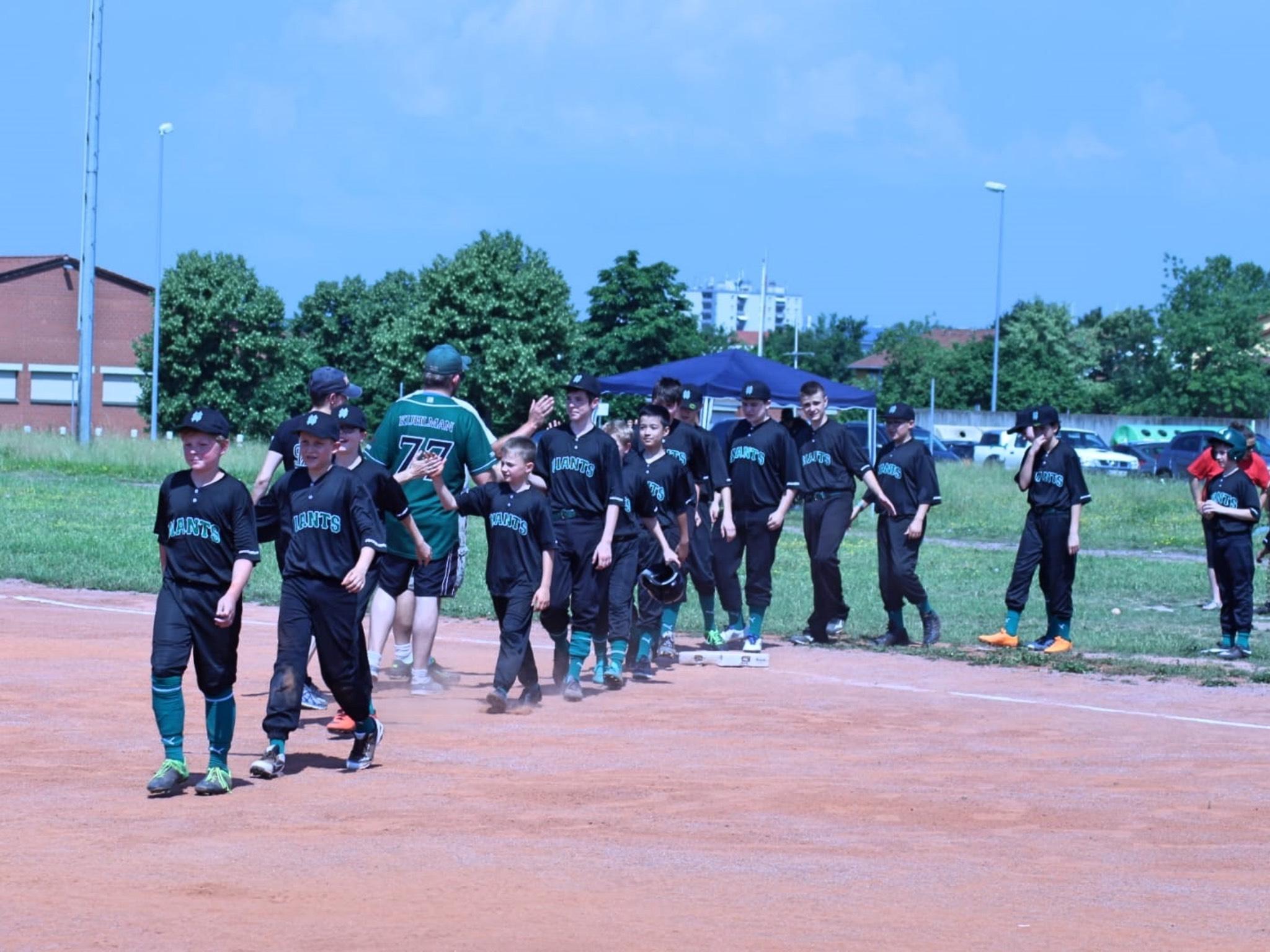 DJK Baseball Giants auf dem Weg zum Spielfeld. Foto:DJK Schweinfurt