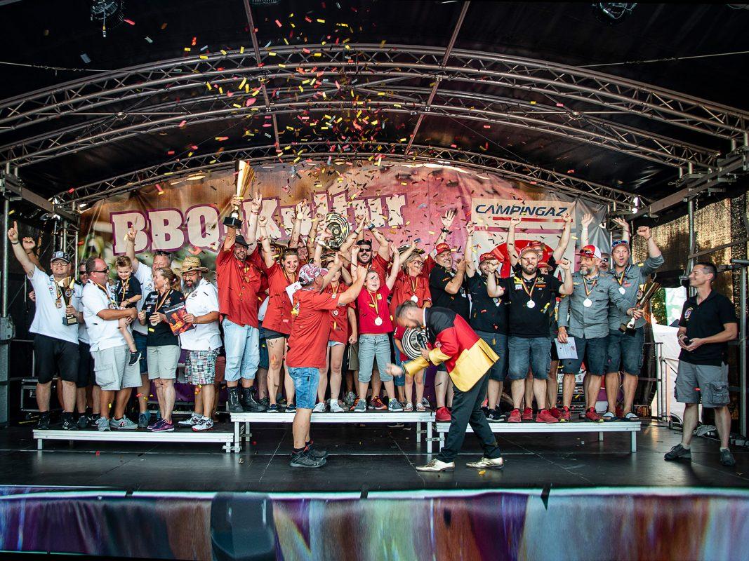 Grillkönig Dirk Poerschke inmitten aller Teilnehmer. Foto: GBA e.V.