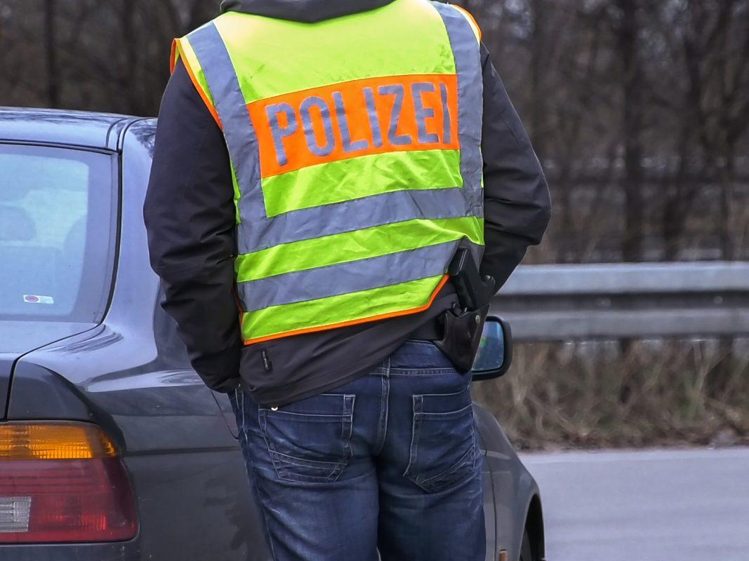 Polizeibeamter bei einer Kontrolle. Symbolfoto: Pascal Höfig