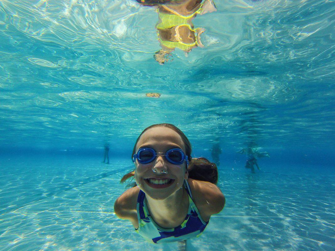 Die schönste Maßnahme gegen Hitze ist aber, an den See oder ins Freibad zu gehen und dort in das kühlende Nass zu springen. Foto: Pascal Höfig