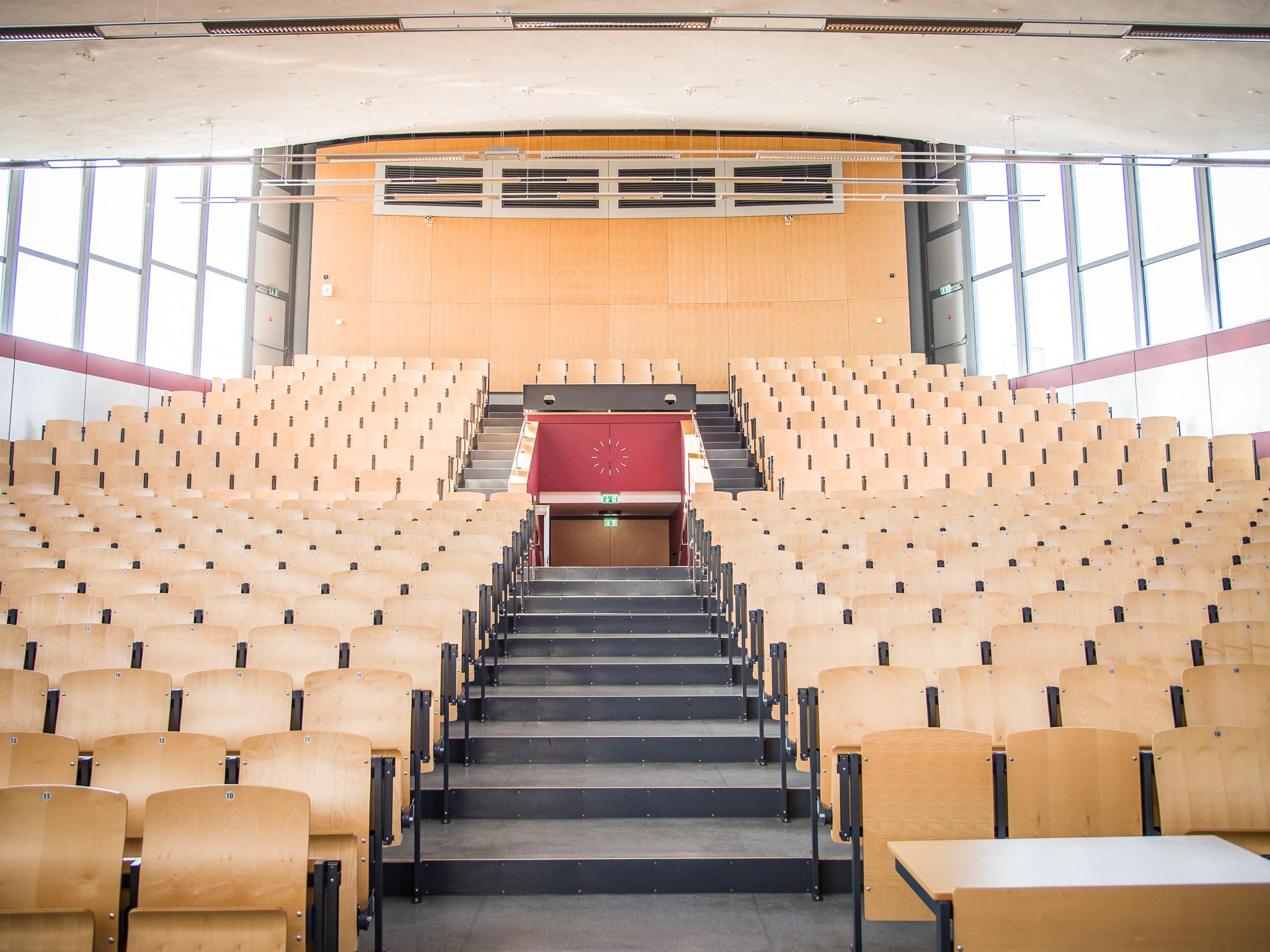 Ein Hörsaal der FHWS in Schweinfurt. Noch sind die Plätze leer, doch während des Semesters lauschen hier Studenten aus aller Welt den Dozenten. Foto: Pascal Höfig