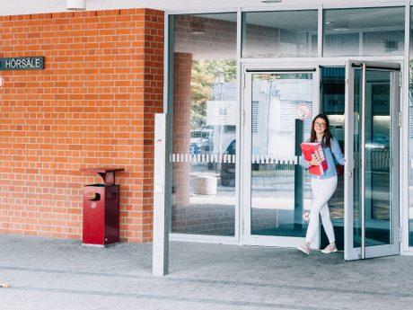 Aus der Uni, ab in die Freizeit. In Schweinfurt lässt es sich gut leben. Foto: Pascal Höfig