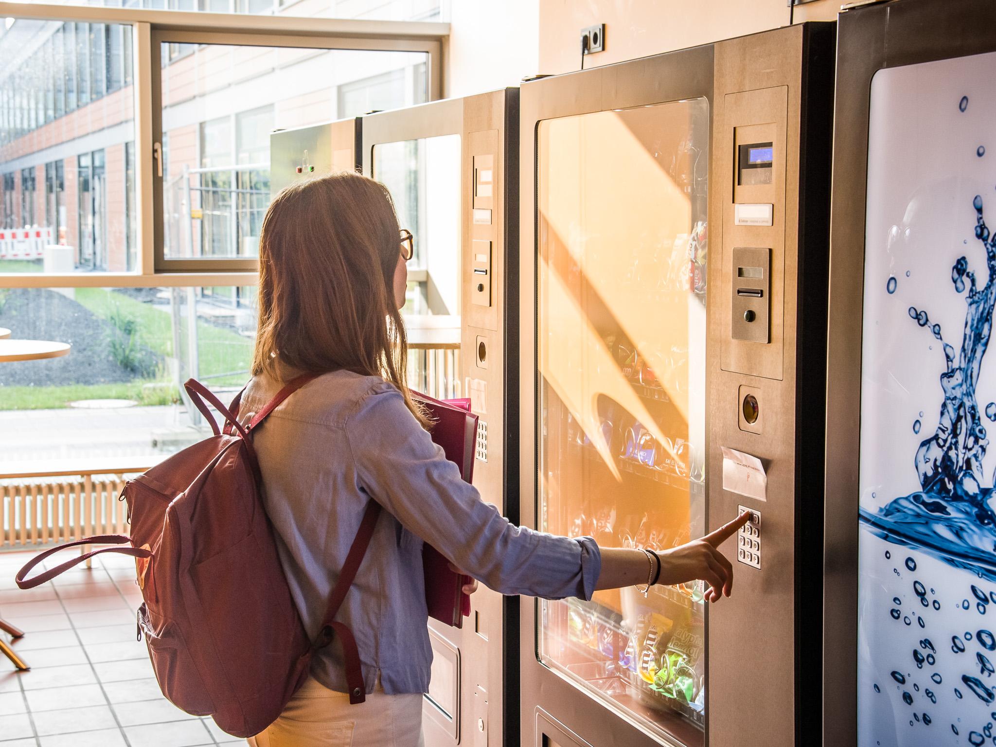 Keine Zeit für die Mensa? Am Snack-Automat gibt es was für den kleinen Hunger. Foto: Pascal Höfig