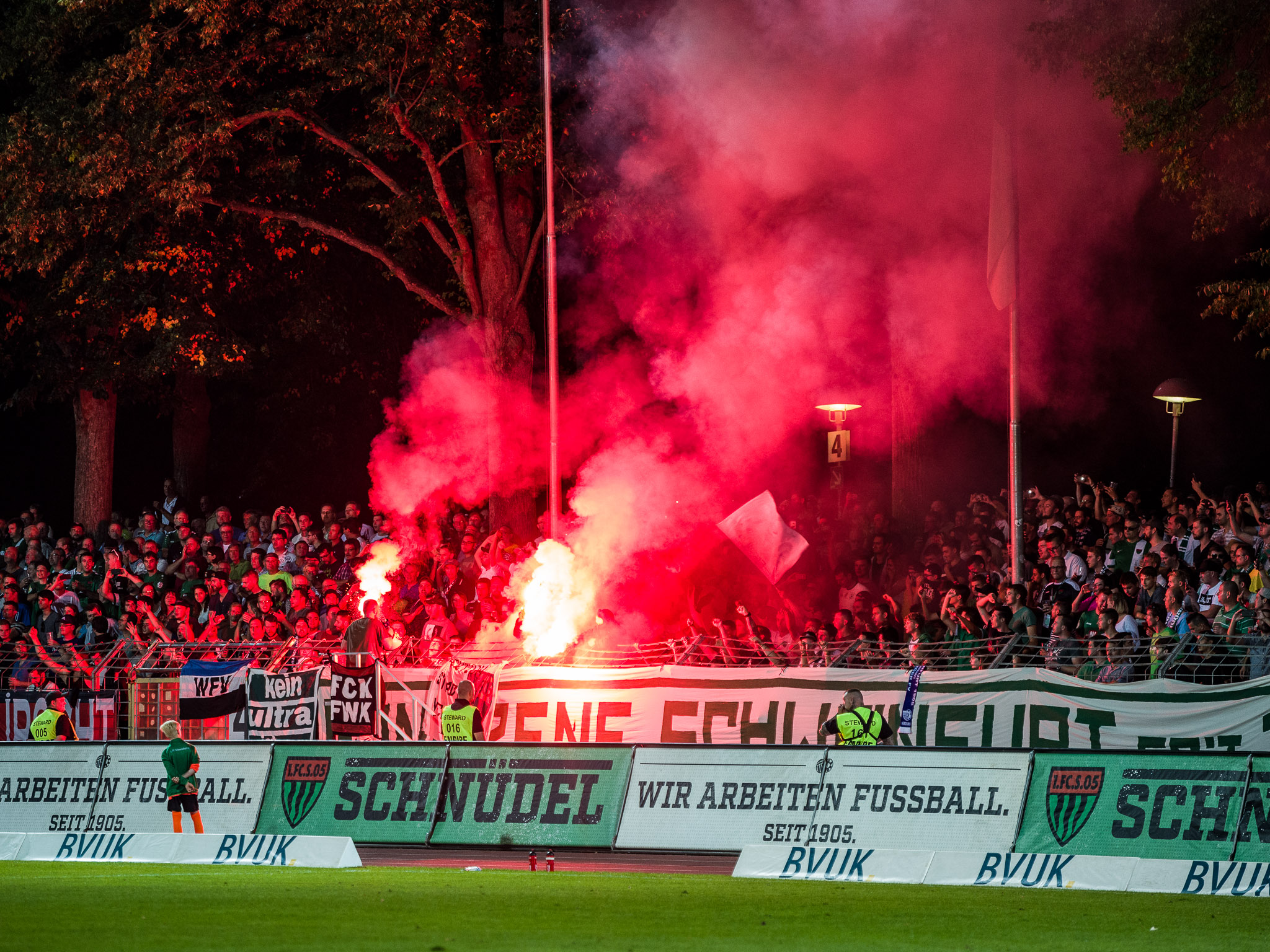 Pyrotechnik im Schweinfurter Fanblock. Foto: Pascal Höfig