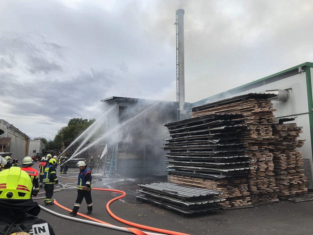 Zahlreiche Feuerwehrleute brachten die Flammen nach umfangreichen Löscharbeiten unter Kontrolle und verhinderten ein Übergreifen auf das angrenzende Sägewerk. Foto: Freiwillige Feuerwehr Schwebheim