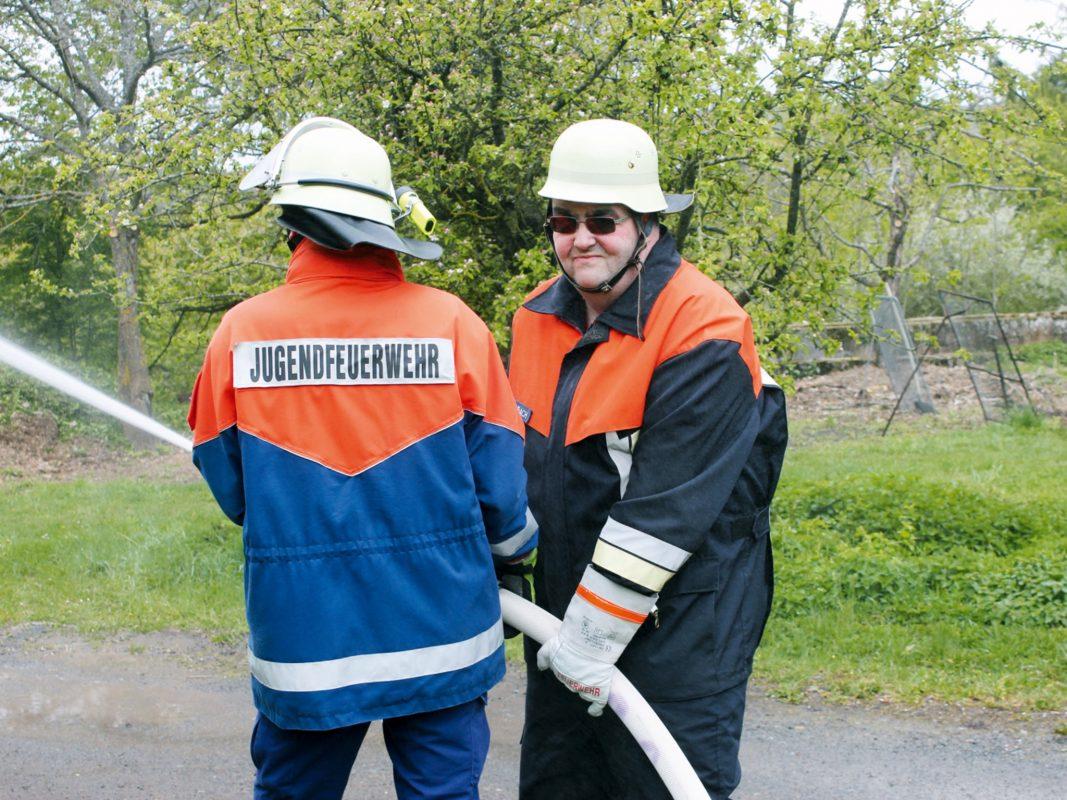 Andreas Eschenbach (rechts) arbeitet bei der Lebenshilfe und engagiert sich bei der FFW Wetzhausen. Foto: Thomas Schüler