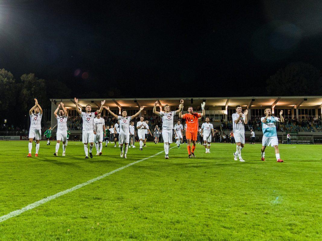 Spieler des 1.FC Schweinfurt 05 freuen sich über den Sieg. Foto: Pascal Höfig