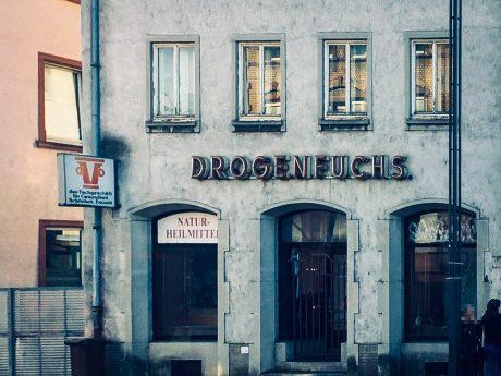 Drogenfuchs am Hauptbahnhof in Aschaffenburg. Foto: Leonard Landois.