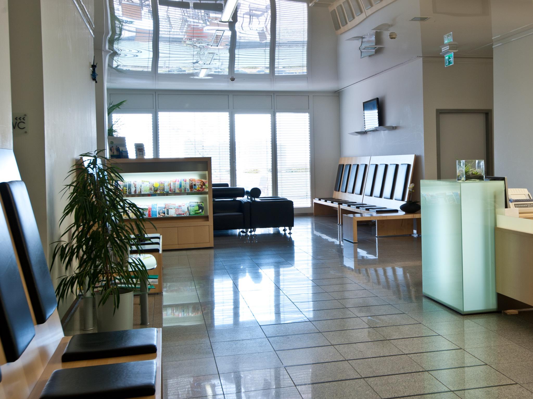 Moderne Einrichtung auch im Wartebereich. Foto: Augen- u. Augenlaserklinik Mainfranken