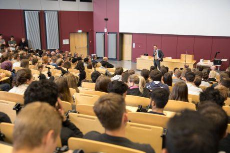 Am Hochschulstandort in Schweinfurt begrüßte Oberbürgermeister Sebastian Remelé die jungen Akademiker. Foto: FHWS / Simone Friese.