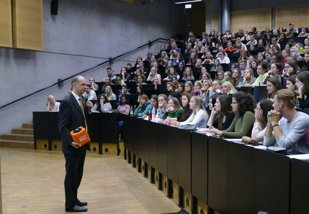 FHWS-Präsident Professor Dr. Robert Grebner begrüßte in Würzburg die Erstsemester-Studierenden. Foto: FHWS / Vanessa Schmitt.