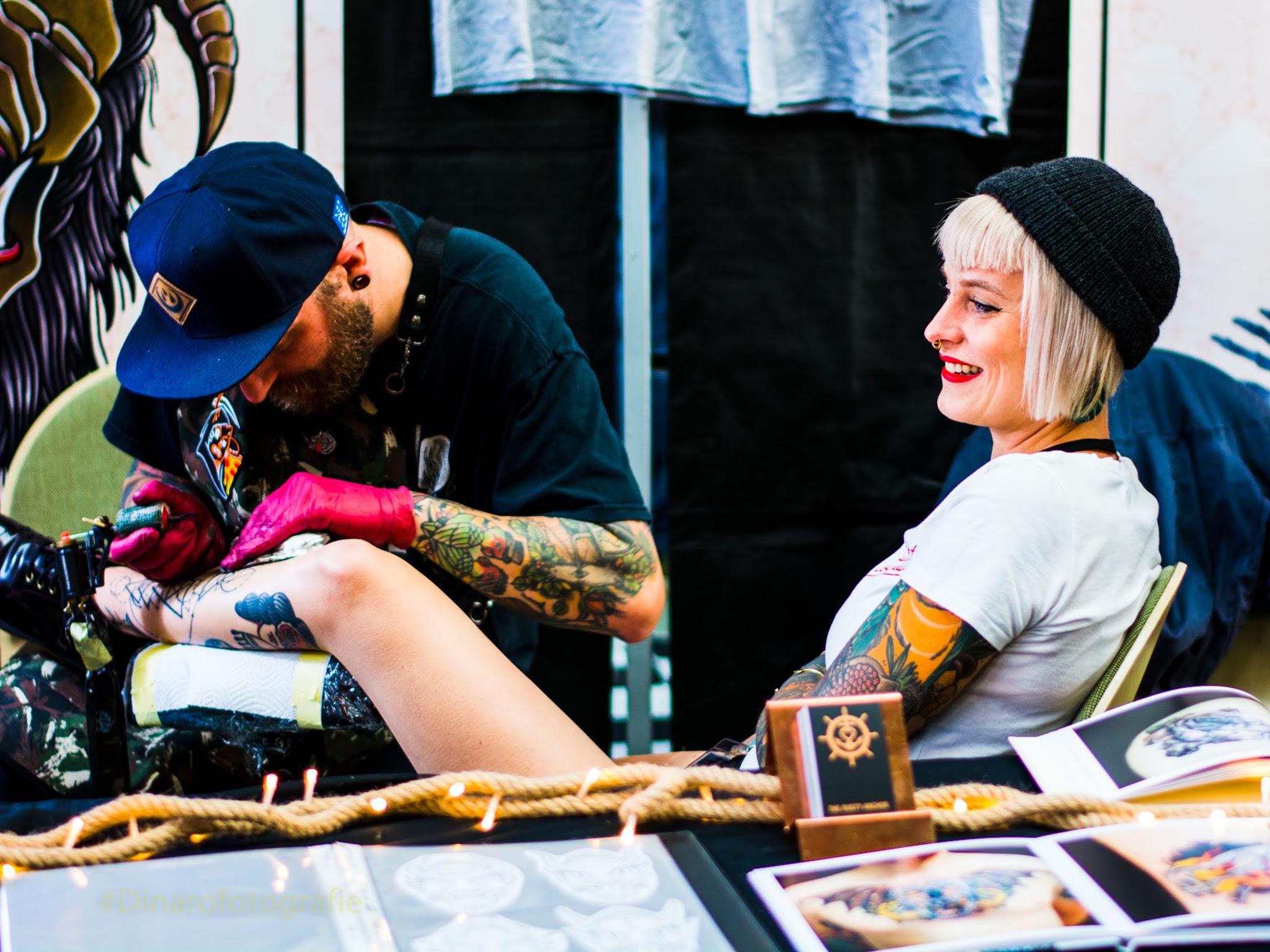 Wer sich genug Inspiration geholt hat, kann sich direkt vor Ort tätowieren lassen. Foto: Schweinfurter Tattoo & Art Convention.