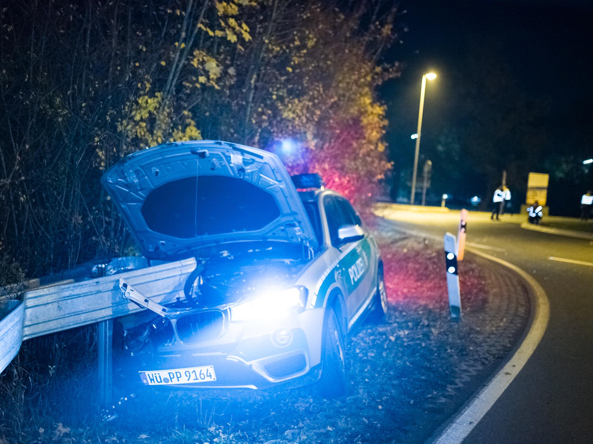 Der Fahrer des nachfolgenden Streifenwagens musste der Szenerie ausweichen, prallte hierbei allerdings in die Leitplanke. Foto: Pascal Höfig