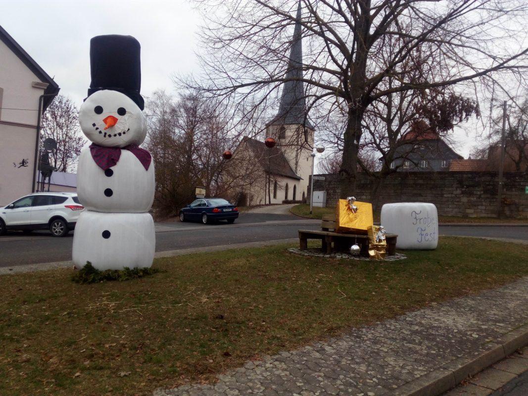 Gestern wurde in Altenmünster der größte Schneemann im Landkreis Schweinfurt entdeckt. Foto: Gerald Raab