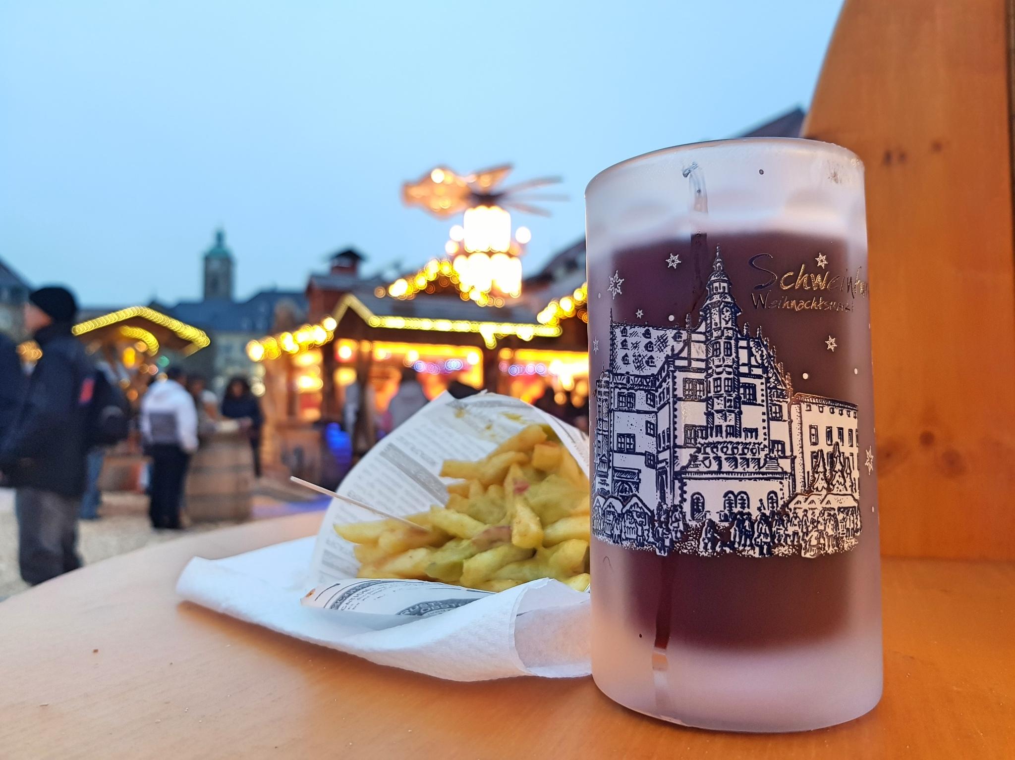 Glühwein und Snacks am Weihnachtsmarkt. Foto: Dirk Flieger