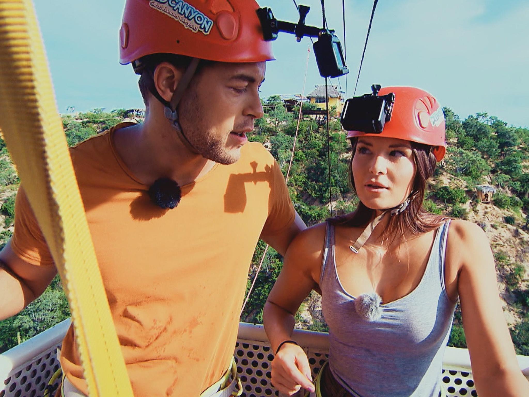 """Andrej will mit Claudia einen adrenalinreichen Sprung in die Tiefe wagen. Sie ist allerdings von der Idee noch nicht ganz so begeistert. """"Alle Episoden von """"Der Bachelor"""" bei TVNOW: www.tvnow.de"""". Foto: MG RTL D"""