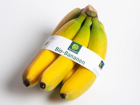 Ab Ende Januar in den deutschen und österreichischen NORMA-Filialen vorrätig: Die Bio- und Fairtrade-Bananen der bekannten NORMA-Eigenmarke Bio Sonne - statt Umverpackung aus Plastik dann nur noch mit einer aussagekräftigen Banderole im Verkauf. Mit der Entscheidung für diese Präsentationsform werden pro Gebinde 50 Prozent Verpackungsmaterial eingespart. Foto:
