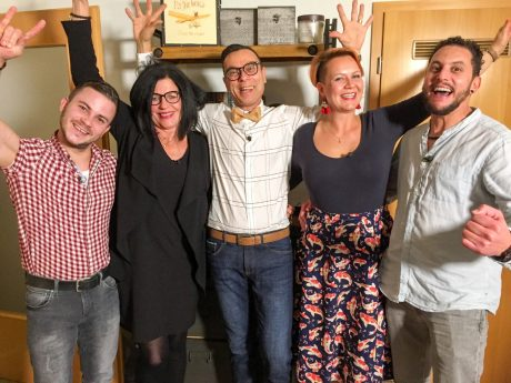 V.l.: Burkhard, Katja, Gastgeber Hartmut, Christina, Walid. Foto: MG RTL D / ITV Studios