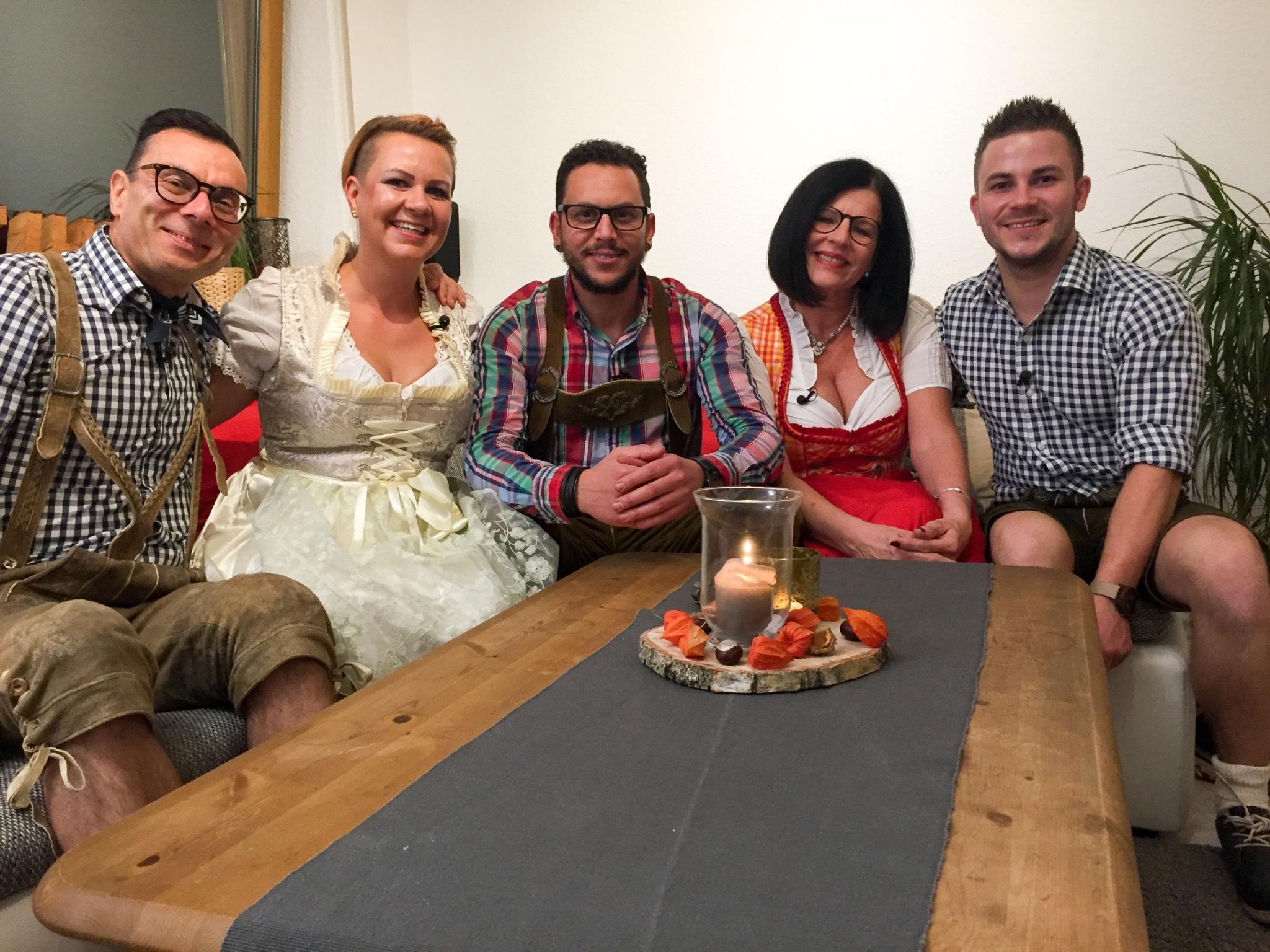 V.l.: Hartmut, Christina, Walid, Katja, Gastgeber Burkhard. Foto: MG RTL D / ITV Studios