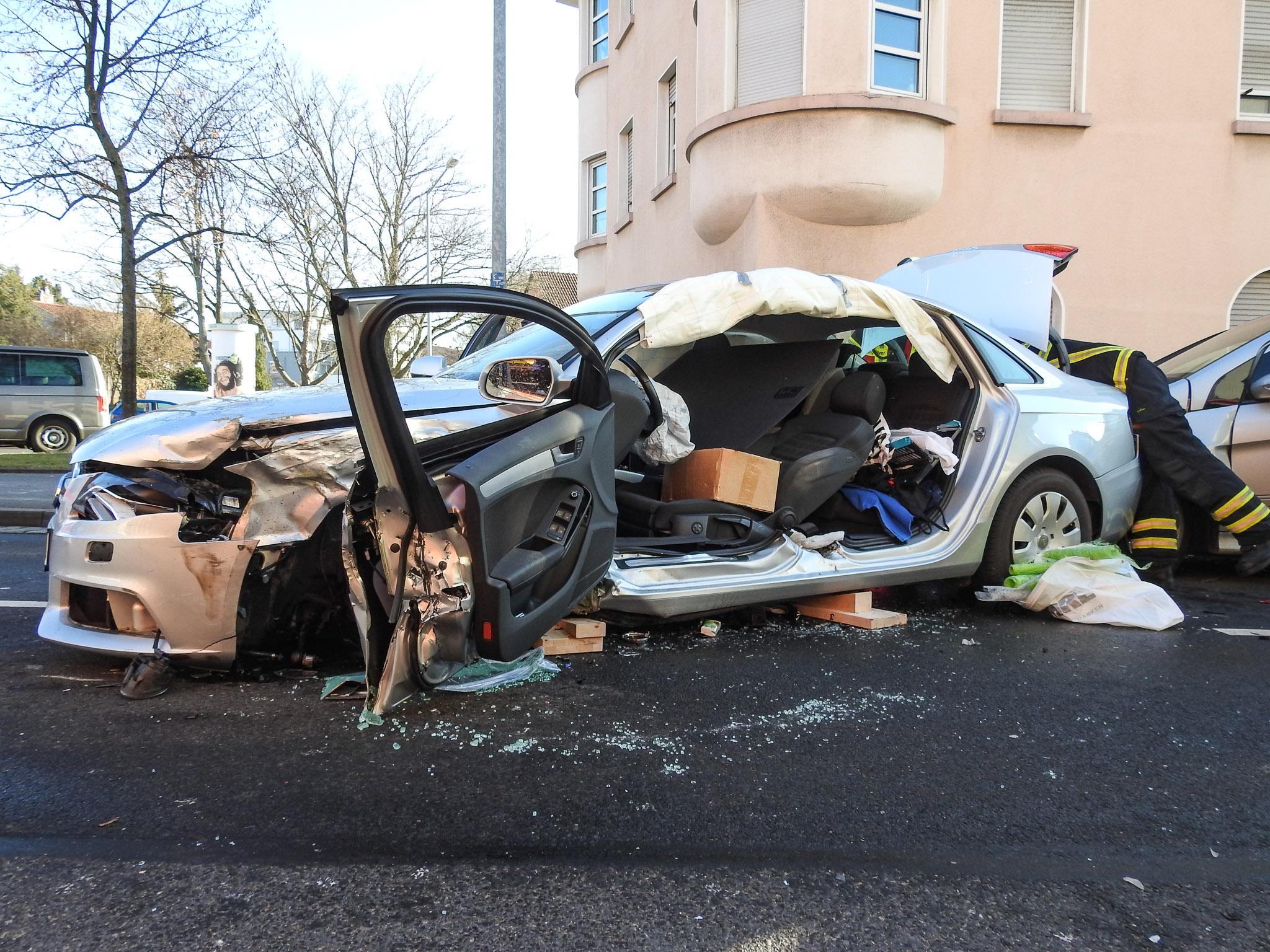 Der Fahrer in dem Audi wurde eingeklemmt und schwer verletzt. Foto: Dirk Flieger