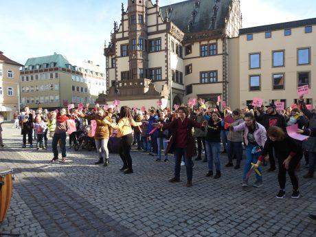 One Billion Rising - Flashmob auf dem Schweinfurter Marktplatz. Foto: Dirk Flieger