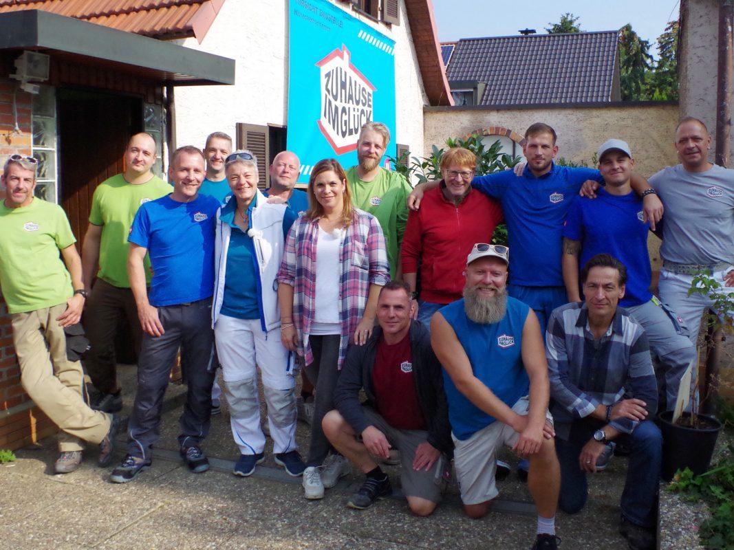 Das Zuhause im Glück-Team will der Familie helfen. Foto: RTL2