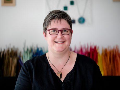 Mélanie Richet, die stolze Inhaberin der einzigartigen Strohmarketerie Werkstatt in Schweinfurt. Foto: Daggi Binder - Maizucker