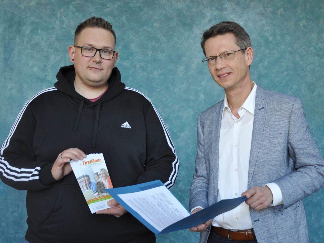 Oberbürgermeister Sebastian Remelé (rechts) übergibt Sandro Mühlbauer (links) den Mietvertrag. Foto: Marina Euler, Stadt Schweinfurt.