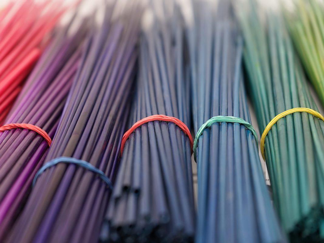 Kunterbunte Strohhalme zählen zu Mélanies alltäglichem Arbeitsmaterial. Foto: Mélanie Richet