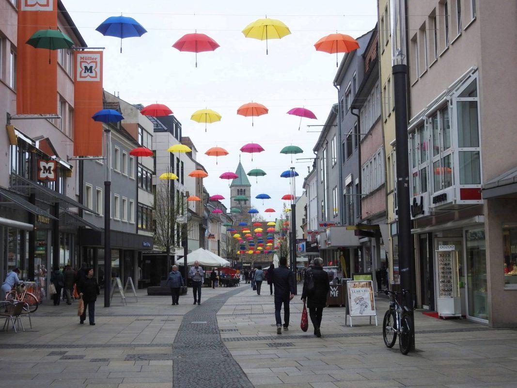 Die bunten Schirme in der Spitalstraße. Foto: Dirk Flieger