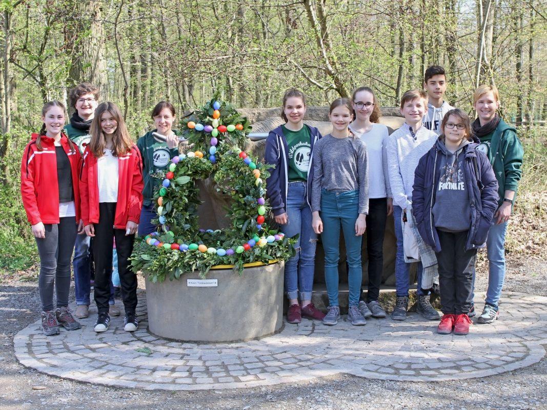 Die Akademiekinder freuen sich über den festlich geschmückten Osterbrunnen. Foto: Florian Dittert