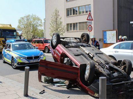 Am Fahrzeug entstand Totalschaden. Foto: Feuerwehr Werneck