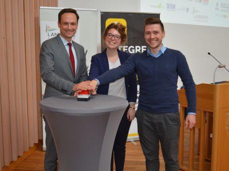 Landrat Florian Töpper, Bildungskoordinatorin Anna Ott sowie der App-Mitentwickler Fritjof Knier. Foto: Landratsamt Schweinfurt, Uta Baumann