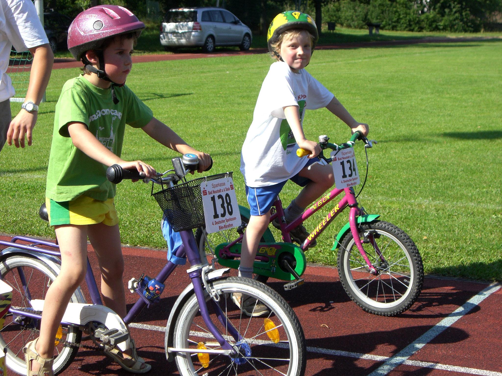Jonathan als kleines Kind auf Fahrrad.