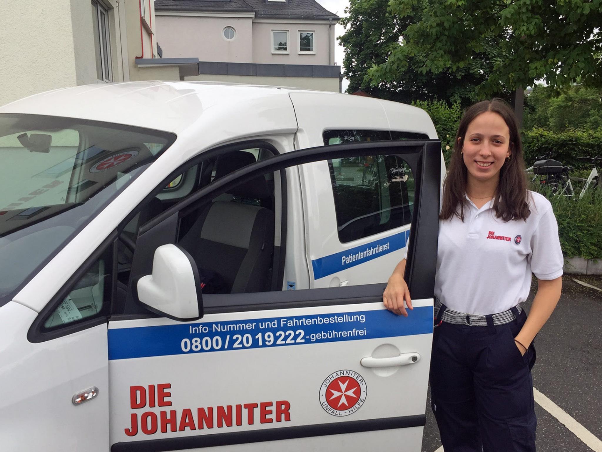 Rosa Maier absolviert momentan ein FSJ im Patientenfahrdienst der Johanniter. Foto: Johanniter