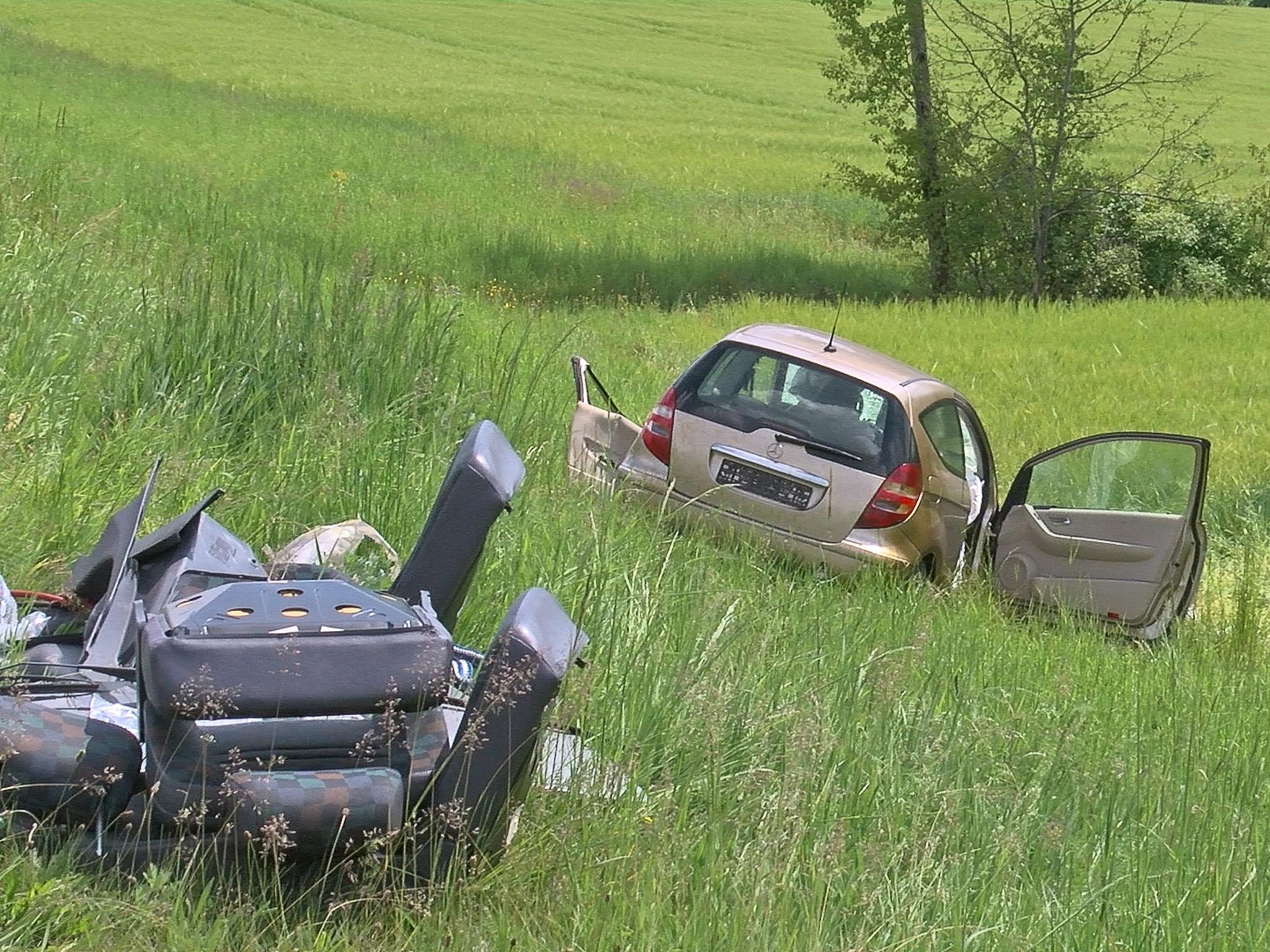 Der Mercedes des Unfallverursachers, der noch an der Unfallstelle verstarb, wurde von der Fahrbahn geschleudert. Foto: Pascal Höfig