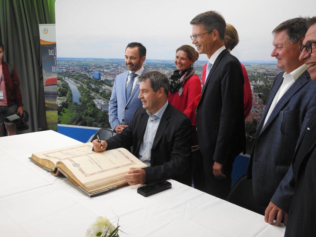 Ministerpräsident Söder trug sich ins Goldene Buch der Stadt ein. Foto: Dirk Flieger