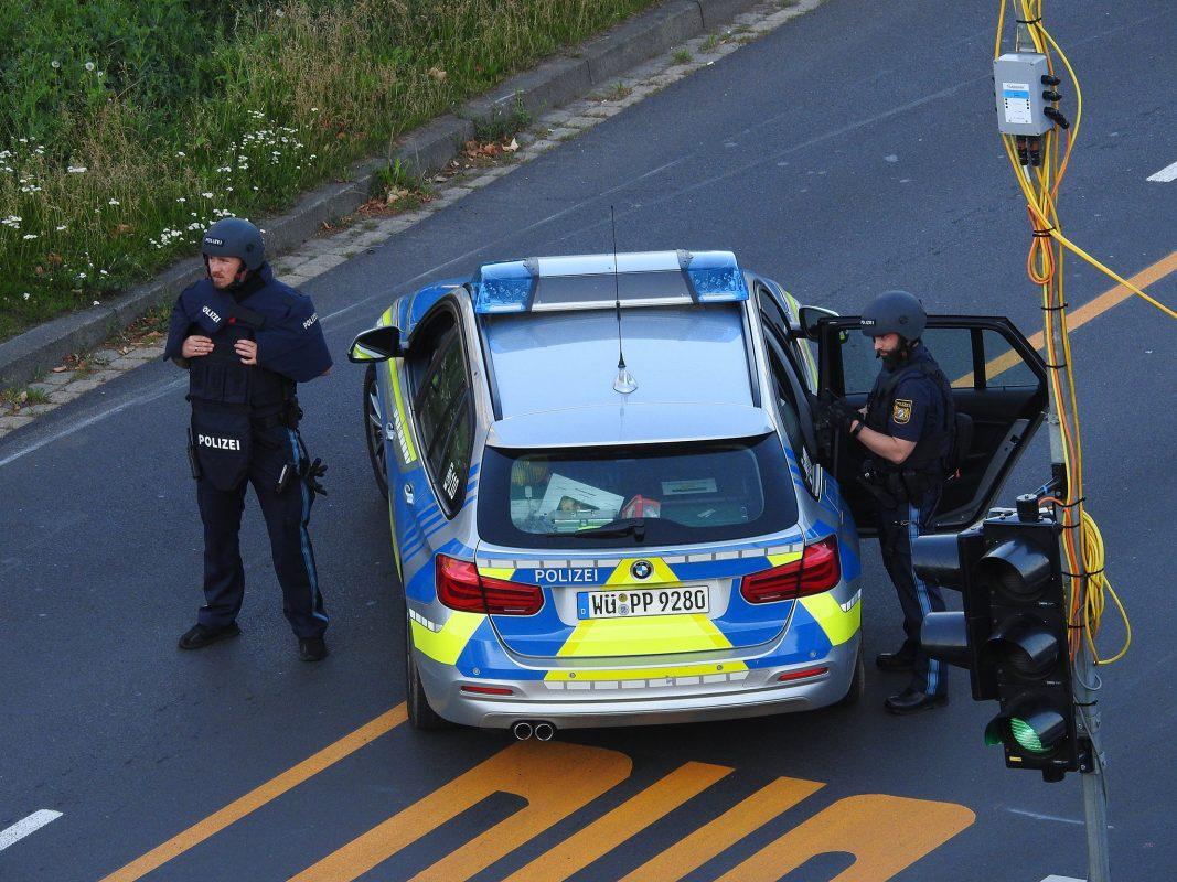 Die Schweinfurter Polizei eilte sofort zur Einsatzörtlichkeit und sicherte den Bereich mit mehreren Streifen. Foto: Dirk Flieger