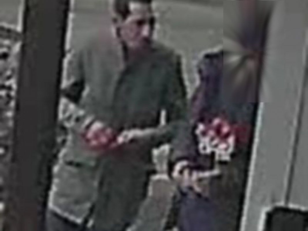 bei dem unbekannten Geldabholer handelt es sich um die Person links im Bild. Foto: Polizei