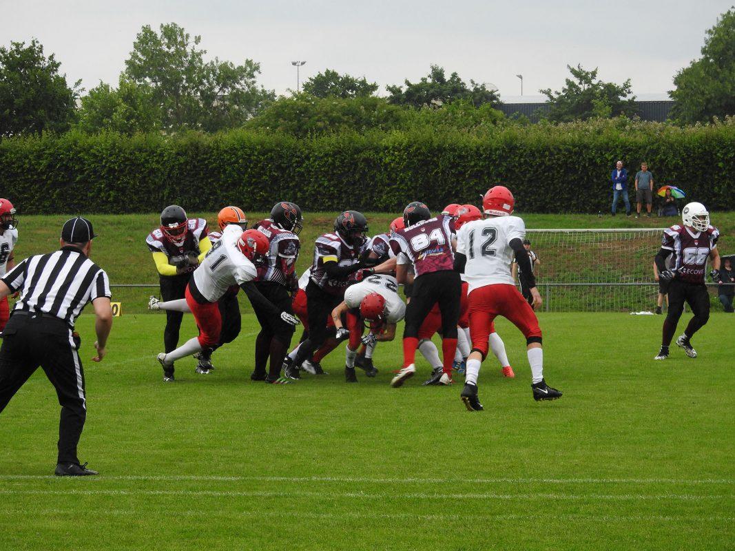 Zusammenprallende Footballspieler. Foto: Dirk Flieger.
