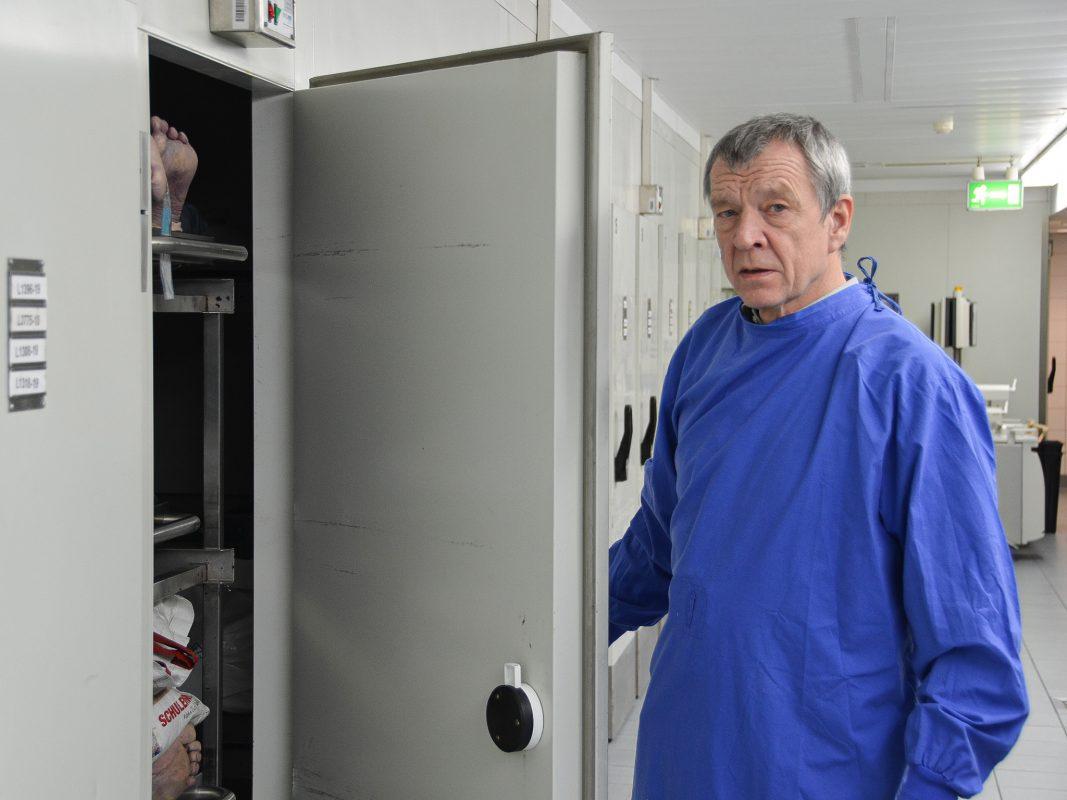 Prof. Dr. Püschel im Keller der Gerichtsmedizin. Foto: Bundespolizei kompakt