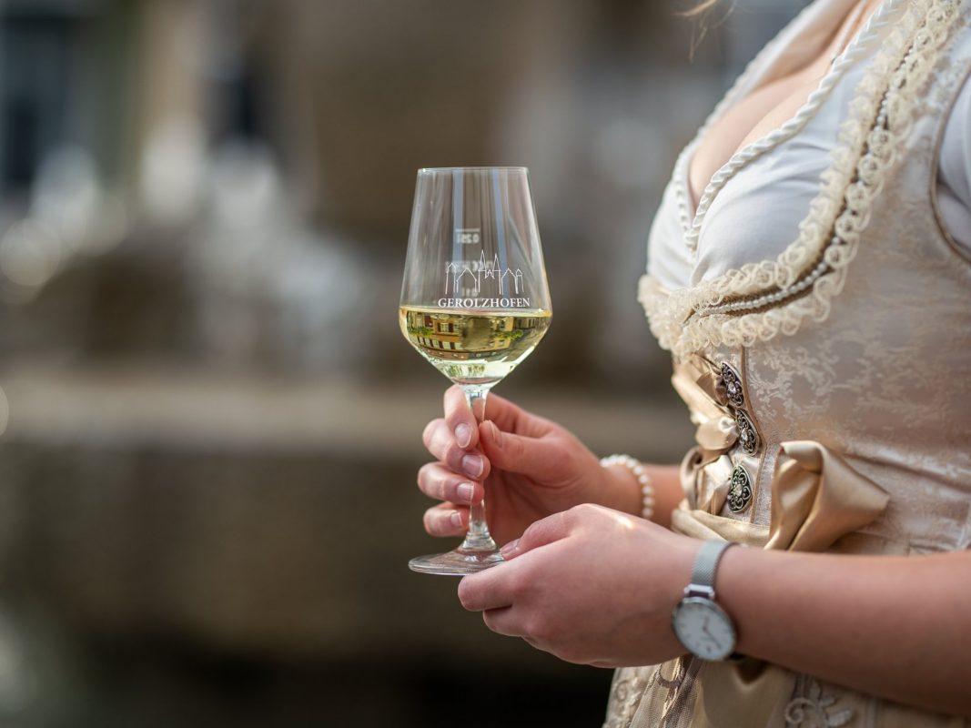 Weinspezialitäten auf dem Gerolzhöfer Weinfest vom 12. bis 15. Juli 2019 genießen. Foto: Sergej Chernoisikov