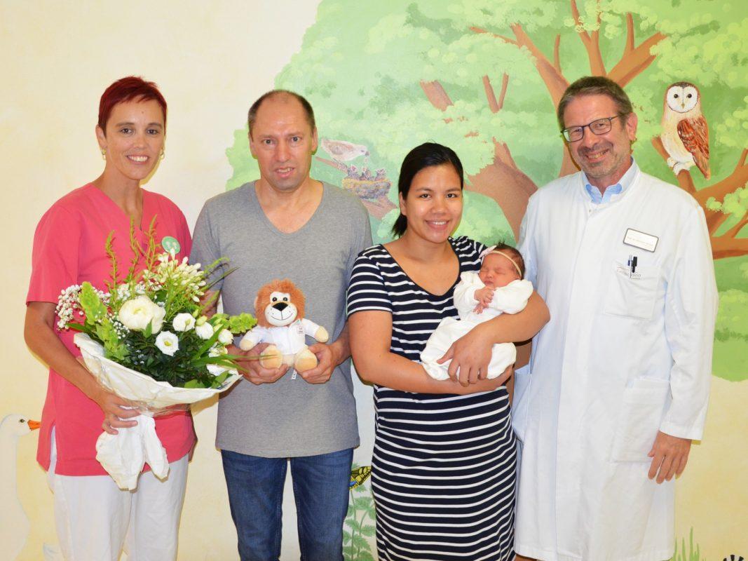 Ramona Kühlmann (leitende Hebamme), Reiner und Geniza Richter mit Mia, Chefarzt Prof. Dr. Michael Weigel. Foto: Christian Kirchner