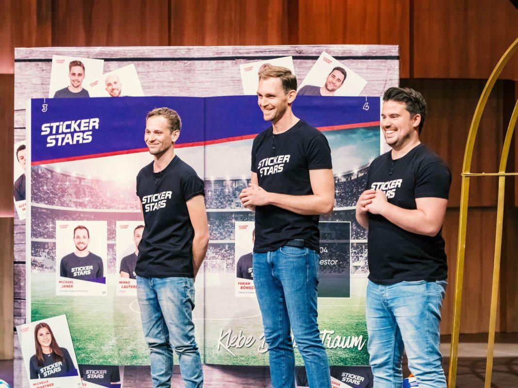 """V.l.: Mirko, Michael und Fabi päsentieren """"Stickerstars"""" in der VOX-Sendung """"Die Höhle der Löwen"""". Foto: TVNOW / Bernd-Michael Maurer"""