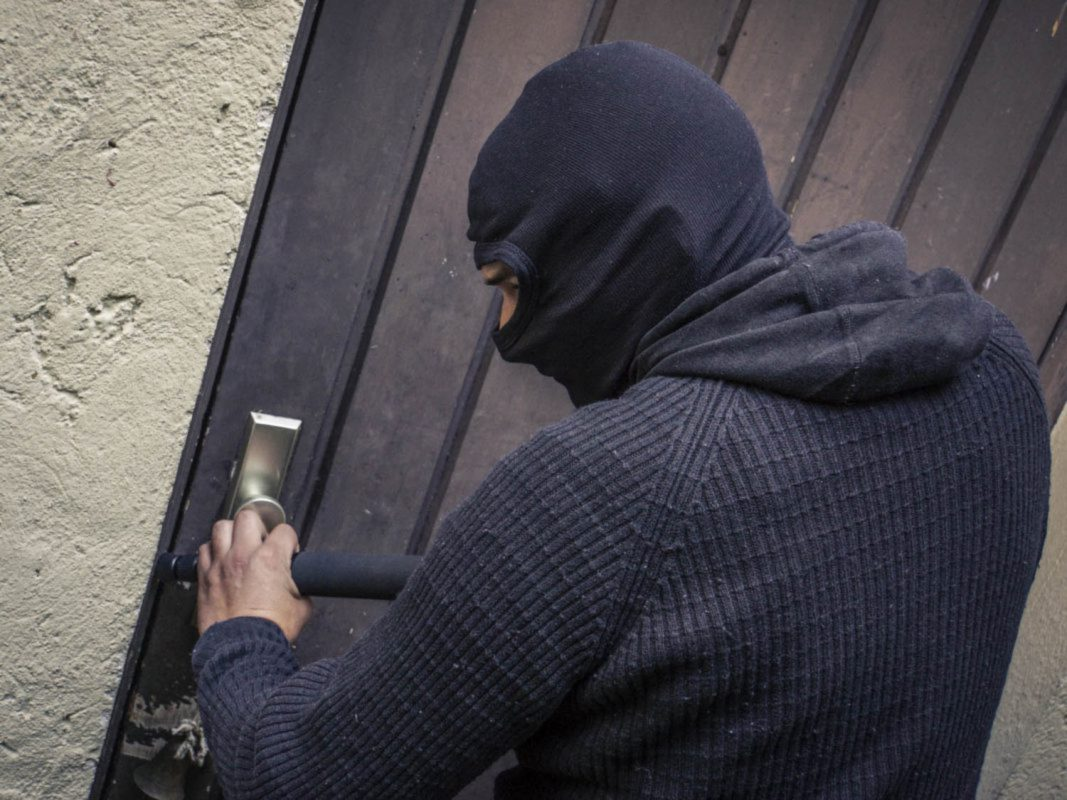 Einbrecher am Werk . Gestelltes Foto: Dominik Ziegler