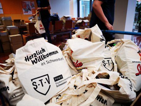 Die Ersti-Tüten enthalten unter anderem Infomaterial über sexuell übertragbaren Krankheiten. Foto: Adrian Bausewein