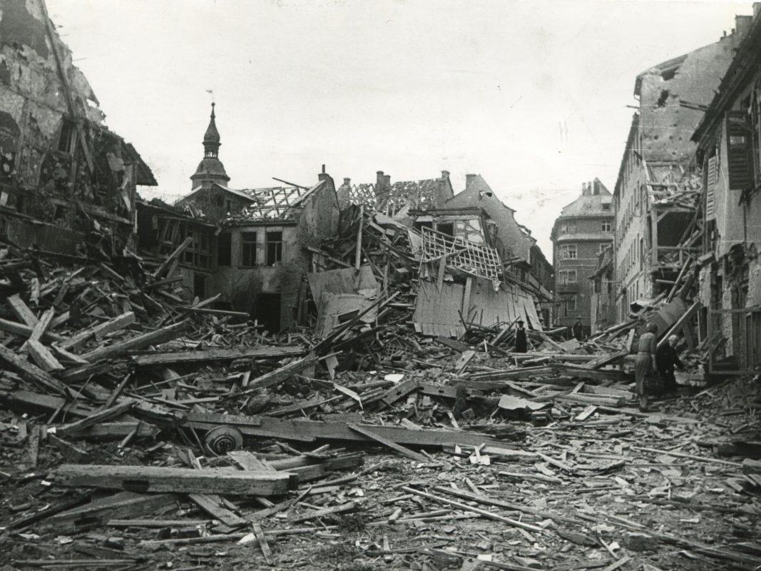 Die Hohe Brückengasse nach dem zweiten Weltkrieg. Archiv: Peter Hofmann.