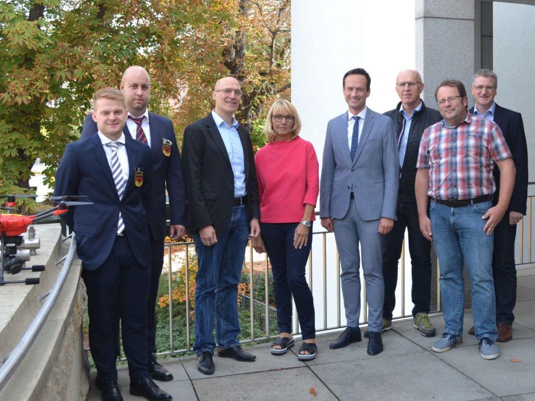 Vertreter der Vereine zusammen mit Landrat Florian Töpper. Foto: Landratsamt Schweinfurt, Johanna Böhm